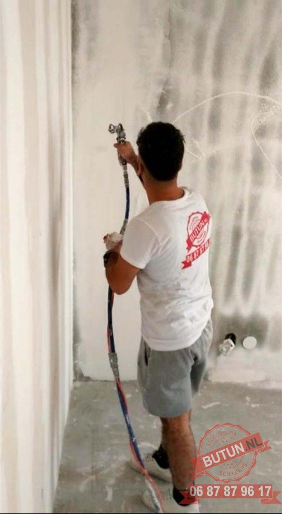schilderen 2 563x1024 - Na het stuken van uw woning kunt u het ook laten schilderen
